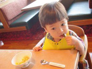 ご飯を食べる3歳